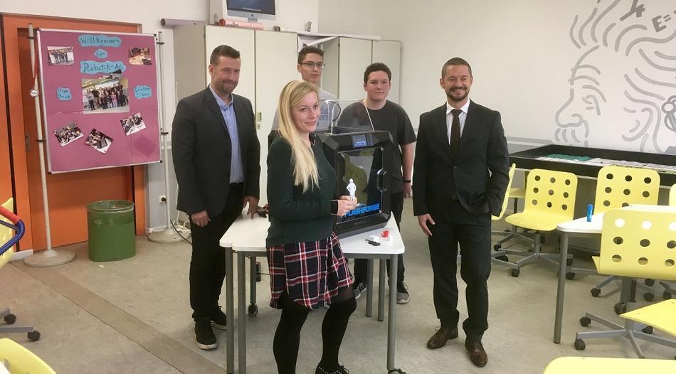 Die Verantwortlichen der Schule und der Stiftung mit dem 3D-Drucker