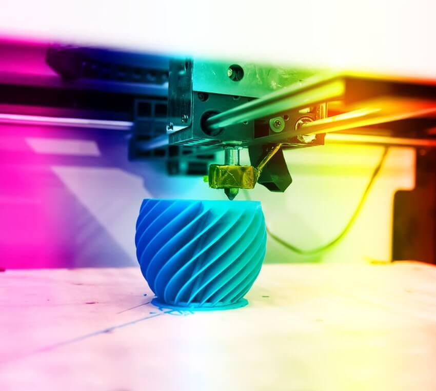 Buntes 3D-Objekt wird gedruckt