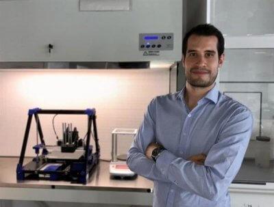 Der Entwickler von Nova Meat vor dem 3D-Drucker