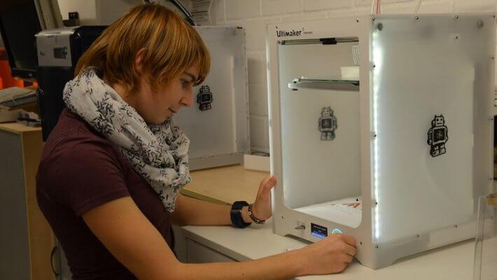 Natascha Koch am 3D-Drucker