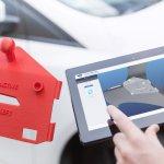 Tablet mit trinckle Software, daneben additiv gefertigtes Werkzeug