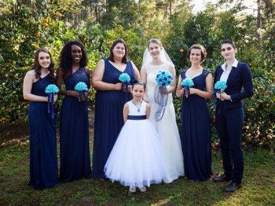 Braut und Brautjungfern mit Blumenbouquets