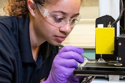 Doktorandin am 3D-Drucker