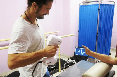 Pierre Moreau scannt Hand eines Patienten