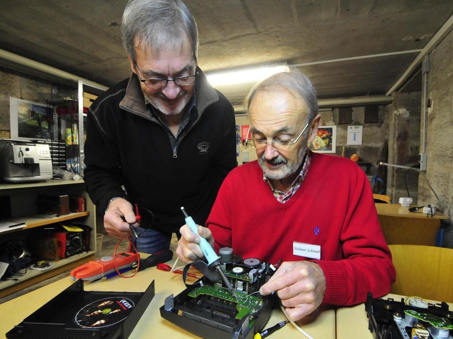 Helmut Schmidt und Peter Tilgner mit dem Lötkolben