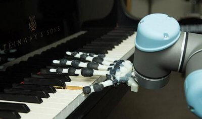 3D-gedruckte Roboterhand spielt Klavier