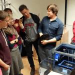 Schüler und Lehrer des FSG Weimar vor dem 3D-Drucker