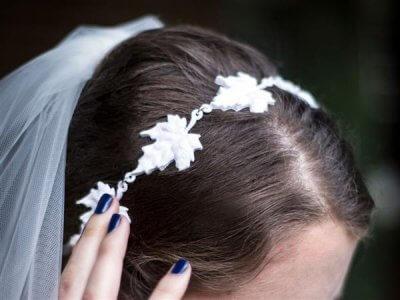 Braut mit 3D-gedrucktem Stirnband