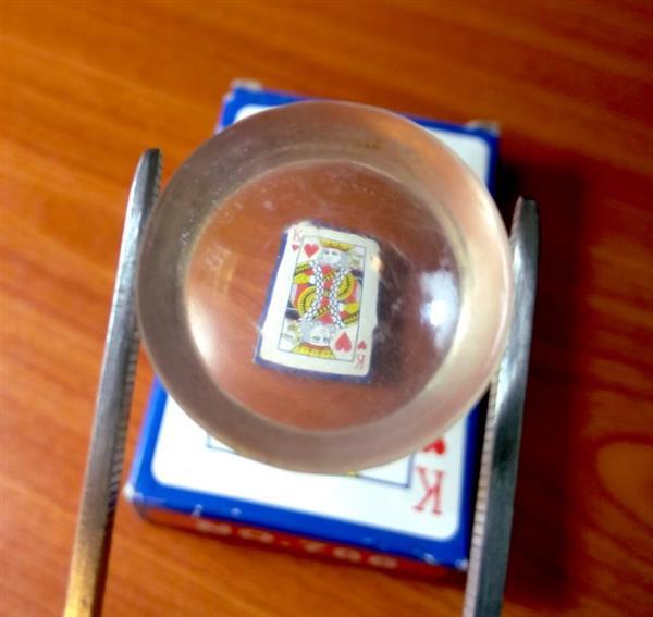 transparente Linse über Spielkarte