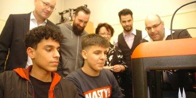 Schüler an den 3D-Druckern