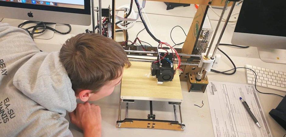 Schüler vor dem 3D-Drucker
