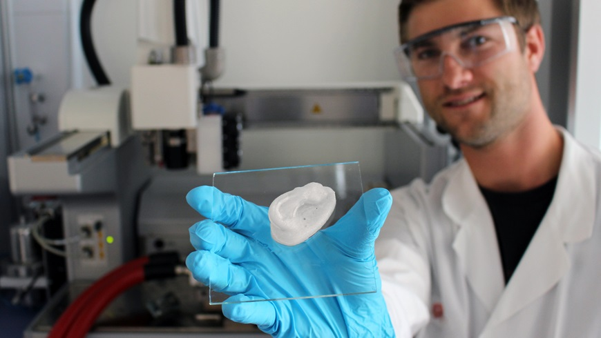 Forscher mit 3D-gedruckter Struktur (Ohr)