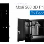 Moai 200 3D-Drucker und beheizte Kammer mit Schriftzug von Peopoly und Namen des 3D-Druckers