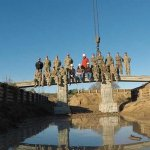 Mitarbeiter auf der 3D-gedruckten Brücke