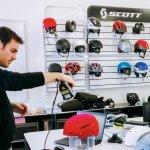 Scott Sports Mitarbeiter beim 3D-Scan eines Ski-Helms