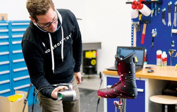 Scott Sports Mitarbeiter beim 3D-Scan von Ski-Schuhen