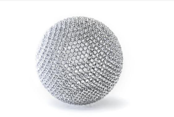 ein 3D-gedrucktes rundes Objekt aus Trabecular Titanium