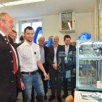 Gäste vor dem 3D-Drucker
