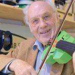 Fröhlich mit 3D-gedruckter Geige