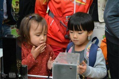 Kinder mit einem Lebensmitteldrucker
