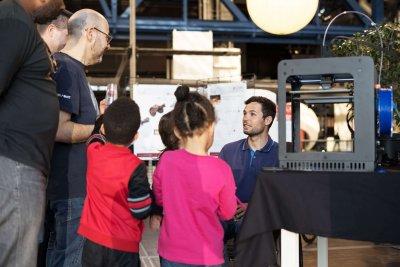 Florian Jouanny mit einem 3D-Drucker