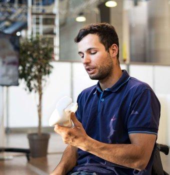 Florian Jouanny mit einem Bauteile aus dem 3D-Drucker
