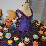 3D-gedrucktes Tutu umringt von Cupcakes