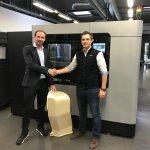 Verantwortliche beider Unternehmen vor 3D-Drucker