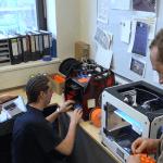 Mitarbeiter am 3D-Drucker