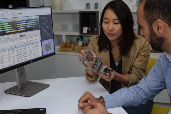 Anwenderin vor PC mit 3D-Druckobjekt