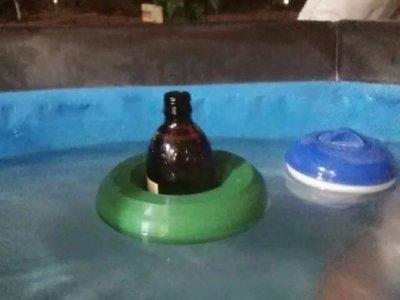 Schwimmende Bierhalterung