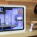 Frau neben 3D-Drucker