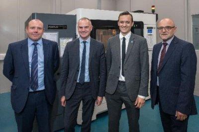 Stratasys und BAE Systems Mitarbeiter vor 3D-Drucker