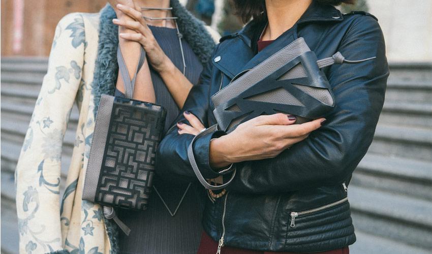 Zwei Frauen mit zwei Modellen