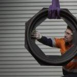 3D-gedruckte Komponente und Mitarbeiter
