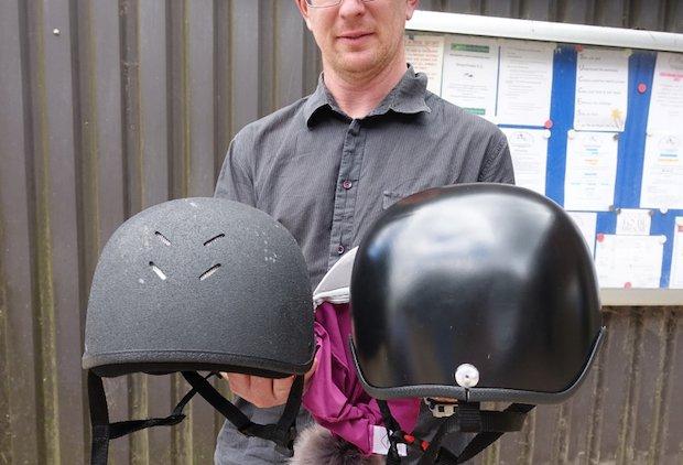 Reithelm und 3D-gedruckter Helm im Vergleich