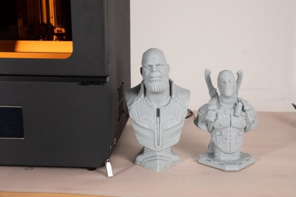 3D-Druck-Objekte neben dem 3D-Drucker