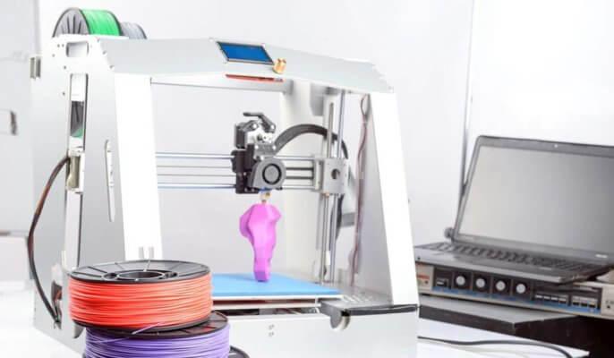3D-Drucker mit Filament und Laptop