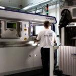 SLM 500 HL 3D-Drucker und Mitarbeiter