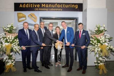 Mitarbeiter von EOS und Etihad Engineering bei der Eröffnung der Fertigungsstätte