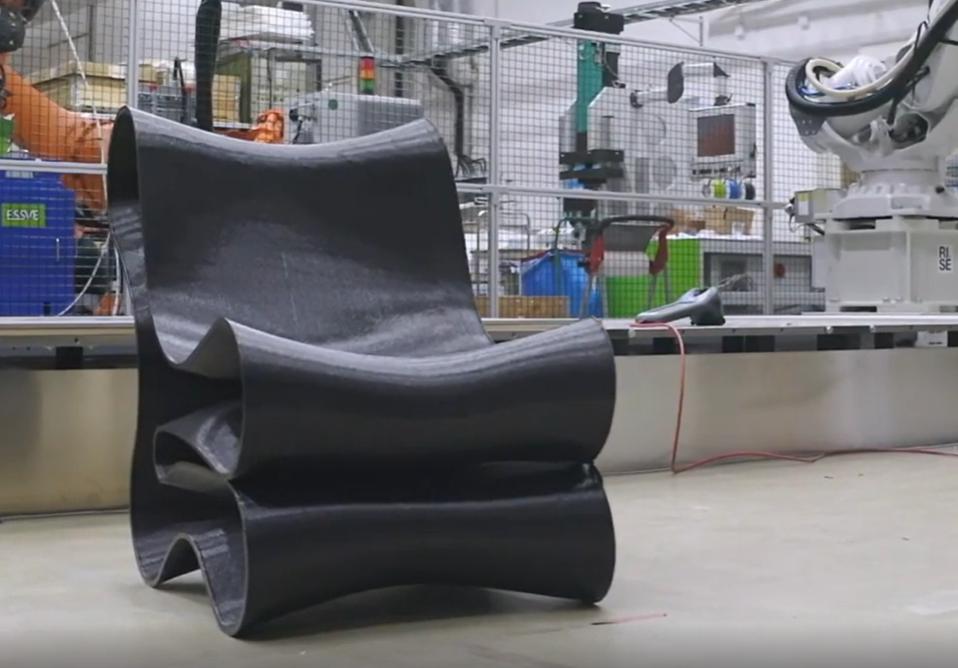 Sculptur fischt Plastikmüll aus den Meeren und recycelt es zu Möbeln aus dem 3D-Drucker