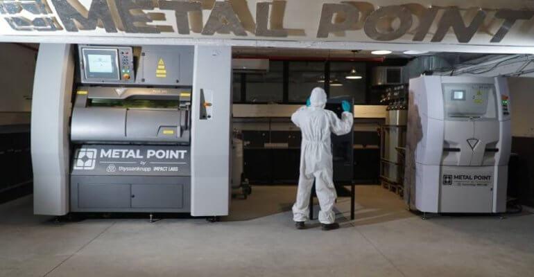 Metall-3D-Drucker und Mitarbeiter und Schriftzug Metal Point