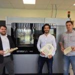 Vertriebsleiter, Stratasysmitarbeiter und Mitarbeiter von Antemo, dahinter F900 3D-Drucker