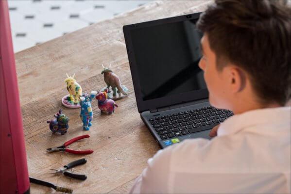 Mann vor 3D-gedruckten Figuren