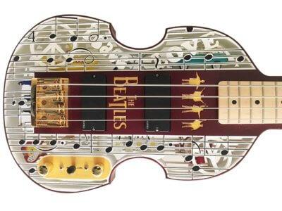 Beatlemania Bassgitarre liegend von vorne