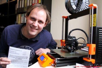Mitarbeiter neben 3D-Drucker