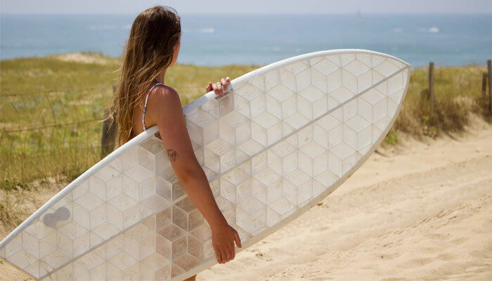 Frau mit Board