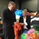 Hinge und Larsen vor Kunststoffabfällen