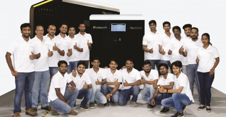 Mitarbeiter des Unternehmens und der 3D-Drucker