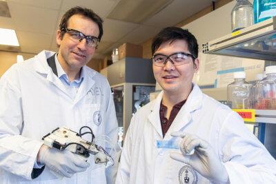 Zwei der Forscher mit dem Gerät